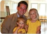 Lukas Mandl mit seinen Töchtern Lena und Lisa